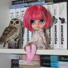 Привет! Вот такая розововолосая конфетка поселилась у меня дома, ооочень нежная и милая ☺️ У малышки и зубки имеются:) Девочка свободна, но пока погостит у меня, буду менять ей причёску, и наряда своего у неё пока нет. Имя ей пока не дала. Как думаете, на кого она похожа? Какое имя ей подойдёт? #блайз #куклаблайз #коллекционнаяигрушка #коллекционнаякукла #кастомблайз #блайзомания #блайзкастом #blythe #blythedoll #blytheoutfit #blytheaday #blytheworld #blytheoutfit #blythelove #blytheooak…