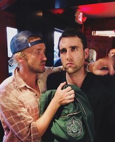 Tom Felton Couldn't Help but Channel His Inner Draco When He Reunited With Matthew Lewis Tom Felton Couldn't Help but Draco Harry Potter, Estilo Harry Potter, Harry Potter Tumblr, Harry Potter Pictures, Harry Potter Universal, Harry Potter Characters, Matthew Lewis, Photo Humour, Fans D'harry Potter