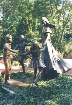 http://www.nauvoo.net/photos/nauvoo04.jpg Monument to Women, by Dennis Smith