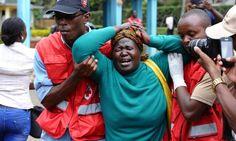 Equipe da Cruz Vermelha no Quênia ampara mulher que reconheceu cadáver de parente entre as vítimas do ataque. Al-Shabaab ameaçou realizar