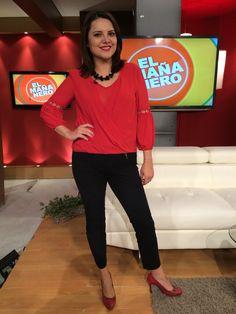 Hermosa blusa roja de gasa, pantalón negro licrado. Accesorios de color negro. Zapatos rojos.