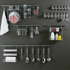 Barras na parede para ajudar na organização da cozinha - Tok&Stok