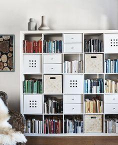 IKEA Deutschland | Ein KALLAX Regal mit Boxen in einigen Würfeln, u. a. mit GRADVIS Vase in Grau