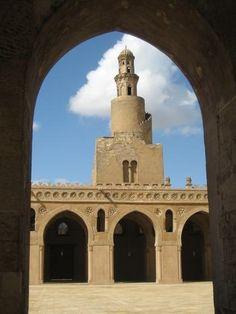 La mezquita de Ahmad ibn Tulun, localizada en El Cairo, en Egipto (Africa) construida en el siglo IX .