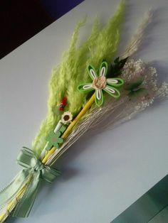 Palmas para el día de ramos hechas a mano decoradas con una mariposa y flor en goma eva.. bonitas y originales color verde
