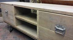 Prachtig TV meubel van gebruikt steigerhout en stoer hang- & sluitwerk...