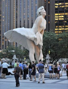 Marilyn Monroe Sculpture unveiled in Chicago - Slideshow Marilyn Monroe Portrait, Marilyn Monroe Photos, Fun With Statues, Stupid Pictures, Photography Studio Background, Art Sculpture, Land Art, Art Plastique, Banksy
