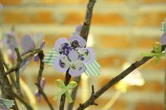 Flores de papel nos galhos secos. www.facebook.com/pages/Alecrim-Artes/239421516106971