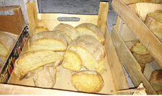 Nella tradizione delle zone vesuviane, la vascotta è un pezzo di pane dalla forma allungata. Della parola vascotta non esiste un riferimento nel dialetto napoletano, sembrerebbe quasi ignorato, sostituito dal termine fresella. Dalla vascotta si ottiene una sorta di biscotto, il vascuotto; dopo una prima cottura, la vascotta, preventivamente incisa, viene tagliata a fette e queste vengono poi riposte in forno e biscottate. Era la colazione dei contadini. Pane, Fett, Bulletin Board, Biscotti, Invitation, Bread, Oven, Plank, Brot