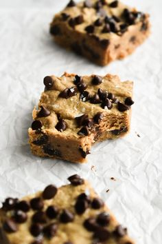 Gluten free + vegan cashew butter cookie dough bars made with oat flour and sweetened with maple syrup! They taste JUST like cookie dough, but without all the butter and sugar. Plus, you only need 6 ingredients. Cookie Dough Bars, Healthy Cookie Dough, Healthy Cookies, Healthy Desserts, Healthy Baking, Milk Recipes, Cookie Recipes, Clean Recipes, Keto Recipes