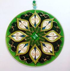Mandala em Acrílico de 15cm de diâmetro, pintura vitral, decorada com tinta relevo e pedrinhas em ambos os lados. R$ 27,00