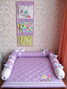 Купить или заказать Покрывало на пеленальный столик в интернет-магазине на Ярмарке Мастеров. Красивое и нежное покрывало на пеленальный столик для новорожденной малышки. Украшено аппликацией, кружевом. Наполнено синтепоном, мягкое и воздушное. Будет прекрасным подарком для малыша и украшением детской комнаты. Когда малышка подрастет, покрывало можно будет использовать в качестве напольного игрового коврика. А бортики не дадут маленькой 'путешественнице' заползать далеко))) К покрывалу...