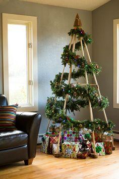 árbol de navidad con estructura de madera y guirnalda de pino