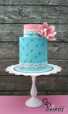 Cake Design Turquoise and pink with white doily