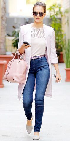 Acheter la tenue sur Lookastic: https://lookastic.fr/mode-femme/tenues/manteau-t-shirt-a-col-rond-jean-skinny-ballerines-sac-fourre-tout-ceinture-lunettes-de-soleil/5273 — Lunettes de soleil imprimées léopard brunes — Ballerines en cuir grises — Jean skinny bleu — Sac fourre-tout en cuir rose — Ceinture en cuir violette claire — T-shirt à col rond découpé blanc — Manteau blanc