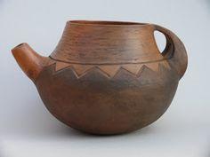 La cerámica guanche ,la aborigen, es una gran desconocida para una gran mayoría. Funche Gómez ceramista canario apasionado en su trabajo y ... Tile Crafts, Clay Crafts, Ceramic Pitcher, Ceramic Mugs, Teapots Unique, Sound Art, Contemporary Ceramics, Clay Creations, Prehistoric