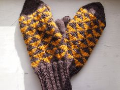 Triangle mittens Hacks Diy, Fingerless Gloves, Arm Warmers, Mittens, Triangle, About Me Blog, Fingerless Mitts, Fingerless Mitts, Fingerless Mittens