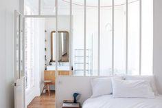 Un verrière entre la chambre du fond et la future salle de bain? Home Tour Design Paris // Hëllø Blogzine