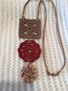 wood charm and crochet motif accessories Crochet Necklace Pattern, Crochet Motif, Crochet Designs, Crochet Flowers, Knit Crochet, Crochet Patterns, Textile Jewelry, Fabric Jewelry, Jewellery