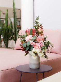 SO SCHÖNE BLUMEN GIBT'S! Kramer & Kramer bietet ein täglich frisches Sortiment ausgewählter Schnittblumen. Für Hochzeiten und alle denkbaren Feiern, die nach Blumenschmuck verlangen, stellen wir aufregende und ungewöhnliche Arrangements zusammen. Fad und gewöhnlich gibt's auch woanders. Table Decorations, Home Decor, Giving Flowers, Cut Flowers, Floral Headdress, Beautiful Flowers, Nice Asses, Decoration Home, Room Decor