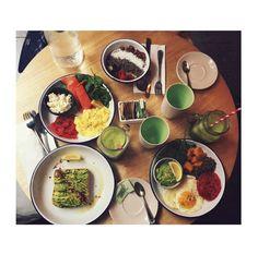L'instafood de Sasha Luss: toast à l'avocat, salade de riz noir, oeuf au plat, patate douce, bol d'açai, fruits fraits smoothies