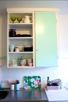 Mint green shelf/colour S0530-B90G Green Shelves, Dream Apartment, Cupboards, Beautiful Interiors, Interior Ideas, Bathroom Medicine Cabinet, Home Kitchens, Mint Green, Bookcase