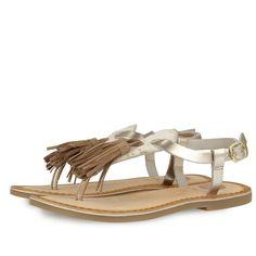 Sandalias de piel dorada estilo esclava para niña. Detalle de borla central en marrón. Cierre al tobillo con hebilla. Corte, forro y plantilla en piel.