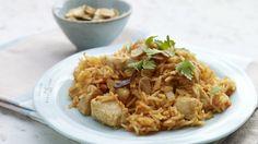 Vyzkoušejte si doma tento kuřecí pilaf s orientální chutí a vůní. Nebojte se ingredience lehce obměňovat. Přidejte třeba sušené brusinky nebo nasucho pražené mandle, skvělý je i nasekaný čerstvý koriandr.