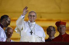 Ciudad del Vaticano, 13 de marzo de 2103. El nuevo papa, el cardenal argentino Jorge Mario Bergoglio, aparece en el balcón de la Basílica de San Pedro después de ser elegido por el cónclave de cardenales en el Vaticano. Foto: Reuters.