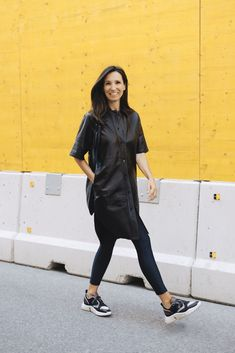 Trend of the season: leather dresses! Finally autumn, and finally leather time again. Smooth leather dresses are perfect for the transition as they are neither too warm nor too cool. Sneakers Outfit Work, Sneaker Outfits, Adidas Outfit, Sneakers Fashion, Komplette Outfits, Winter Outfits, Fashion Bloggers Over 40, Fashion Weeks, Fashion Tips