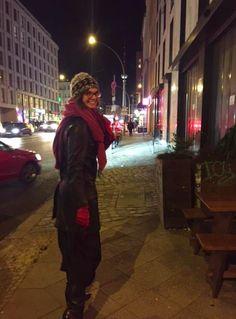 Gerne sind immer zu Zeiten der Berliner Fashion Week unterwegs. Hier gehen wir gerade von einer Präsentation von Freunden von Studio Gampe zur U-Bahn. #berlin #live #fashion #alex #week #unterwegs U Bahn, Erika, Where To Go, Berlin Live, Canada Goose Jackets, Photo S, Behind The Scenes, Bahn Berlin, Studio