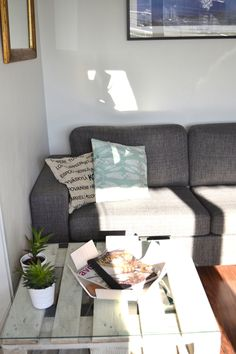 Cozy couch and DIY pallet table with BEdesign Lily bowl.
