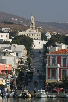 In 1822 vond een non op het heilige eiland Tinos de Megalochari-ikoon, waar een genezende werking vanuit zou gaan. Deze wordt bewaard in de kerk Panagia Evangelistra bovenop de heuvel. Dit ikoon trekt bedevaartgangers vanuit het hele land. Tinos is daarmee het Lourdes van Griekenland. (1991)