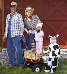 Farm family disguised for Halloween. See more fun Halloween costumes and party… Farm Animal Costumes, Farm Costumes, Family Costumes, Diy Costumes, Costume Ideas, Zombie Costumes, Group Costumes, Farmer Halloween Costume, Animal Halloween Costumes