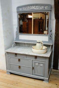 Sehr schöne Frisierkommode, neu gefasst im Jugendstil ca. 1905. Spiegelglas, Beschläge, Schlösser und Marmorplatte mit Marmorkonsole original.