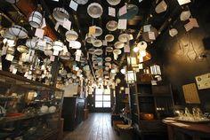 京都市動物園や平安神宮の程近く、大正15年に建てられた町家を改装した照明屋さん「タチバナ商会」の紹介。 職人による明治・大正・昭和初期の照明が1000種類以上。