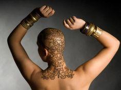 Superbe, des tatouages au henné pour aider les patientes à retrouver le sourire et combattre le cancer