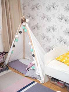 Vinkkejä lastenlelujen parempaan järjestykseen ja vähentämiseen! Toddler Bed, Furniture, Home Decor, Child Bed, Decoration Home, Room Decor, Home Furnishings, Home Interior Design, Home Decoration