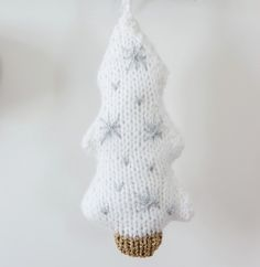Modèle sapin de noël blanc et flocons - Modèles Accessoires - Phildar Decoration, Crochet Hats, Knitting, Catalogue, Christmas, Diy, Knits, White Christmas, Hat Crochet