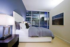 Stadtwohnung blaue Wand Lederbett Wandfarbe