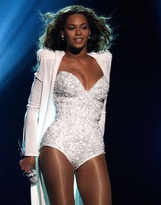 Beyonce Knowles Photos - Singer Beyonce performs onstage during the 2009 BET Awards held at the Shrine Auditorium on June 28, 2009 in Los Angeles, California. - 2009 BET Awards - Show