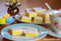 """Lyst til å lage noe veldig godt til helgen? Da kan jeg anbefale """"Lemonies""""! Kakene kalles også for """"Lemon Brownies"""", og navnet passer, for dette er virkelig gode sitronkaker som har samme myke, kompakte konsistens som Brownies. Like enkle å lage er de også! Er du glad i sitronkaker, må du ikke gå glipp av denne oppskriften! Min nye favorittkake! Sweet Recipes, Cereal, Sweets, Cheese, Baking, Breakfast, Desserts, Food, Sweet Pastries"""