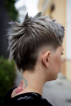 Discover The Trendiest Low Fade Haircut Ideas For Women Short Mohawk, Funky Short Hair, Long Hair On Top, Short Hair Cuts, Short Hair Styles, Mohawk Mullet, Thin Hair Haircuts, Undercut Hairstyles, Cool Hairstyles