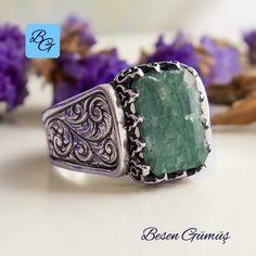 Zümrüt taşı bilinenin aksine erkek takı ve aksesuarlarında da sıklıkla kullanılıyor. Doğal zümrüt taşlı erkek gümüş yüzük, yeşil renginin asaleti, gümüşün zarafeti ile birleşince erkek takı tutkunları tarafından da sıklıkla tercih edilen bir model haline geliyor. Yeşil rengi olan zümrüt diğer taşlar gibi ışığı yansıtmaz, muhteşem rengi ve kusursuz yapısı ile çok beğenilmektedir. Zümrüt bereket ve neşe taşı olarak bilinmektedir.Bunun Cuff Bracelets, Jewelry, Fashion, Jewellery Making, Moda, Jewerly, Jewelery, Fashion Styles, Jewels