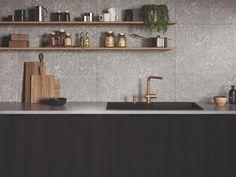 Ga voor contrast of een passende kleurschakering: een vloeiende Eos Neo in antraciet steekt mooi af bij een witmarmeren werkblad en een koper- of goudkleurige Atlas Neo voorziet een keuken met natuurlijke tinten en houtsoorten van luxueuze grandeur. Maak van je kraanwerk van Franke het verlengde van je stijlvolle keuken! Floating Shelves, Eos, Table, Furniture, Home Decor, Functional Kitchen, White Marble, Countertop, Living Spaces