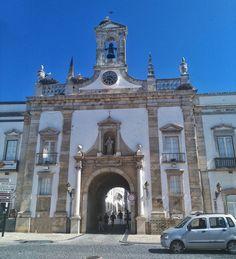 The Old Town of Faro is simply beautiful and there are so many storks. Here they are on the entrance of the old city wall.  Die Altstadt von Faro ist einfach nur schön und es gibt hier jede Menge Störche. Hier sind sie zum Beispiel auf dem Eingang der alten Stadtmauer. . . .  #faro #ALGARVETOURISMUS #algarvetourism #algarvetourisme #algarve #aussteigen #aussteigenbitte #auszeit #auszeitgönnen #auszeitnehmen #auszeitvomalltag #slowtravel #travellingram #travellifestyle #travellingalone…