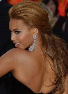 Beyonce -Dark hair with caramel highlights and a half updo quiff hairstyle Oscar Hairstyles, Half Updo Hairstyles, Wedding Hairstyles, Celebrity Hairstyles, Beyonce Et Jay Z, Beyonce Knowles, Beyonce Style, Caramel Highlights On Dark Hair, Hair Dos