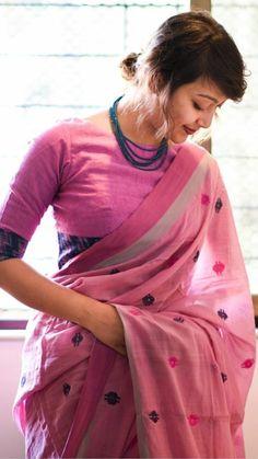 Credits: suta_bombay Love the saree Credits: suta_bombay Liebe den Saree Cotton Saree Blouse Designs, Blouse Neck Designs, Indian Blouse, Indian Wear, Saree Jackets, Saree Jewellery, Elegant Saree, Saree Look, Saree Dress