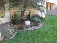 Explore 21 Fotos de Jardins de casas para você se inspirar e criar um belíssimo ambiente em sua residência. Garden Fountains, Patios, Garden Design, Continue, Small Spaces, Green Garden, Woodland Garden, Small Front Porches, Dry Garden