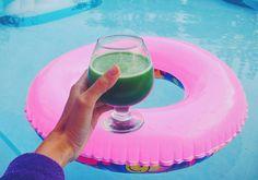 пучок зеленых листьев (листья шпината или салата) 1 средний огурец без шкурки сок 1/2 лимона 1 стакан воды ложка меда